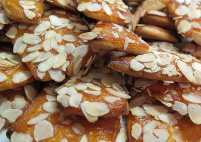 Zuccherini con confettura di albicocche e mandorle a lamelle